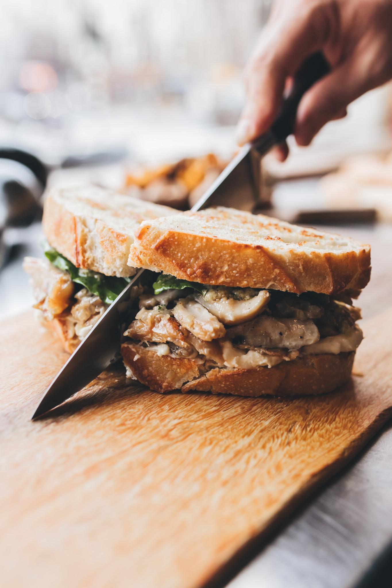chicken sandwich doormidden gesneden