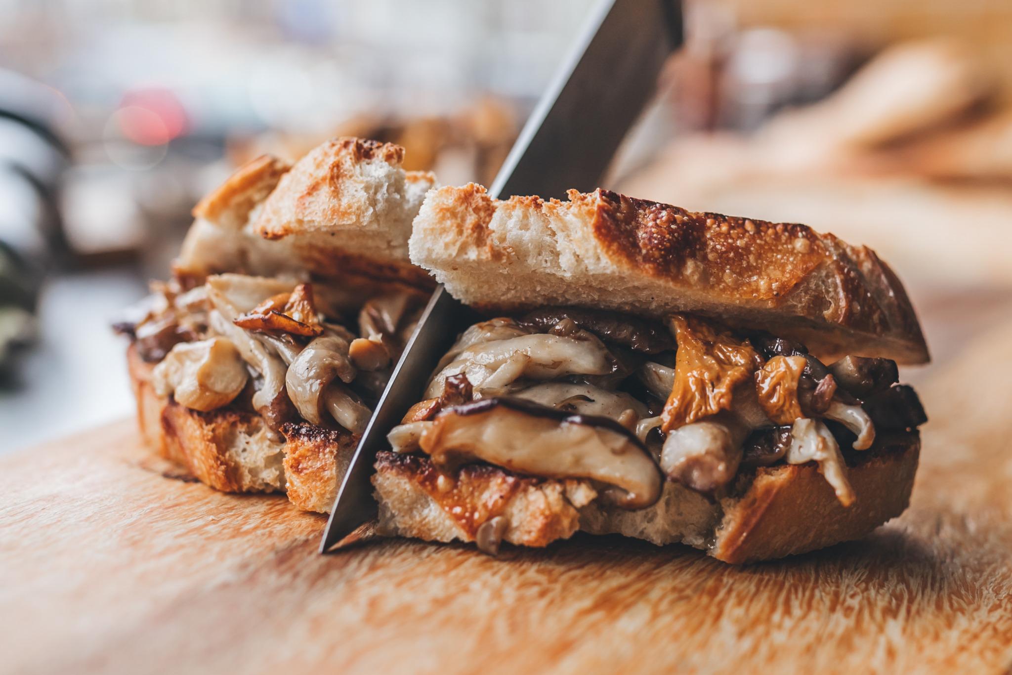 chicken sandwich door midden gesneden