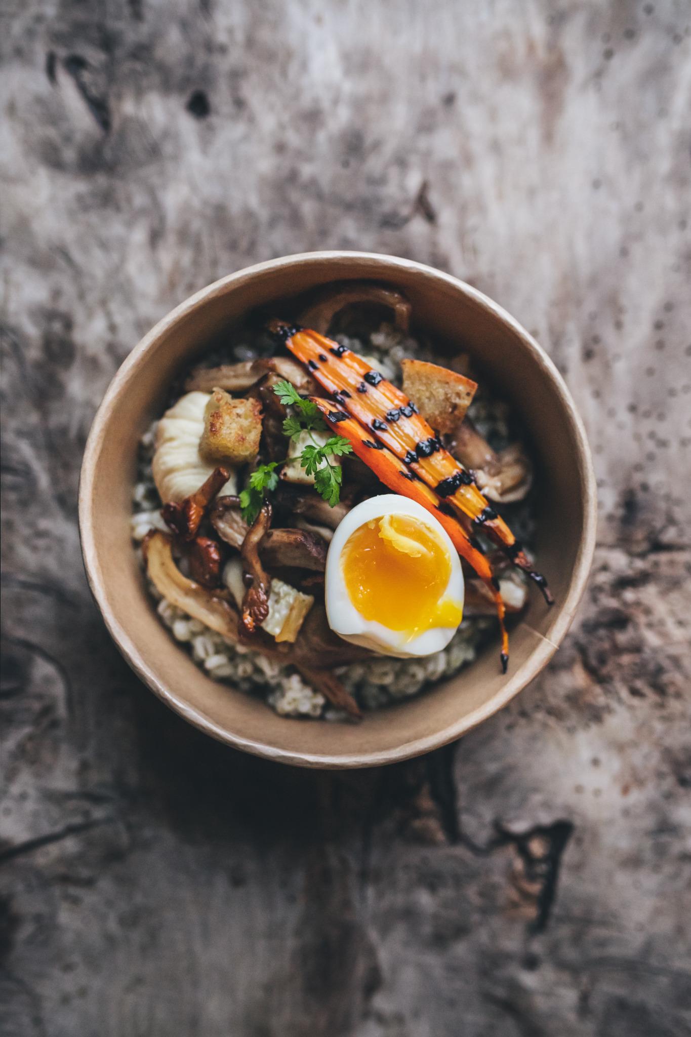 gepocheerd ei met groente en humus