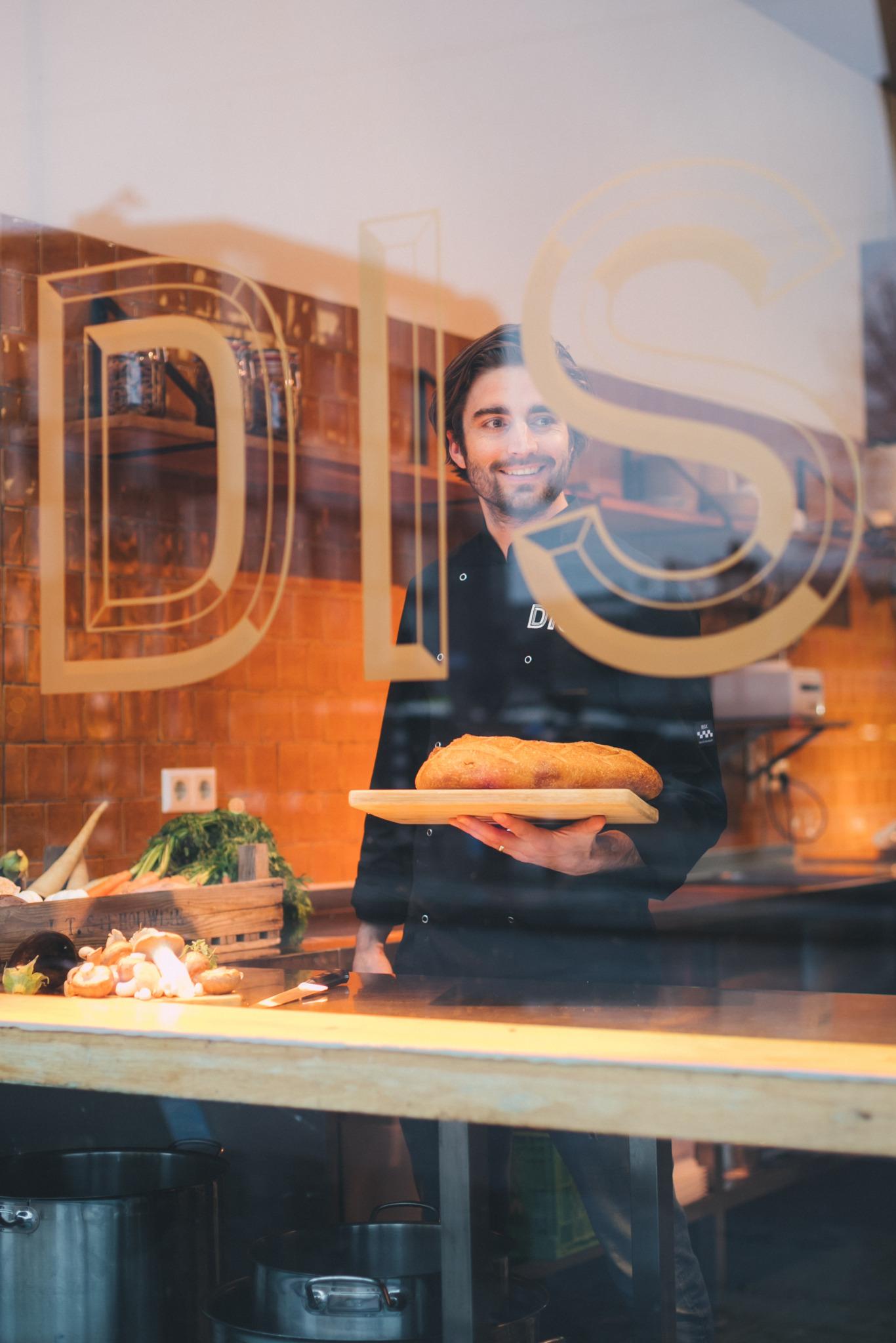 DIS werknemer houd brood vast