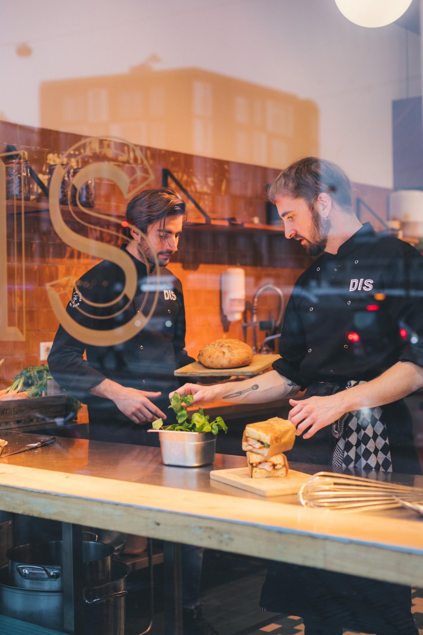 DIS werknemers in de keuken